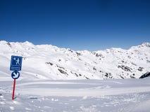 冬天供徒步旅行的小道在阿尔卑斯 免版税库存图片