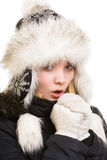 冬天假期。温暖她的手的结冰的女孩。 图库摄影
