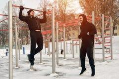 冬天健身锻炼:有客户的教练 免版税库存图片