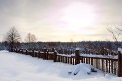 冬天农村风景和日落 免版税库存照片