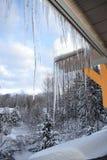 冬天冰柱,山背景 库存照片