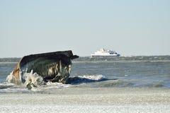 冬天凹下去的船 免版税库存照片