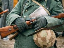冬天制服的战士有一杆步枪的在他的手上 图库摄影