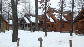 冬天原木小屋在森林 免版税库存照片