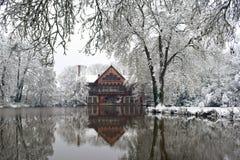 冬天反射在斯诺伊法国村庄 免版税库存图片