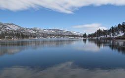 冬天反射在Big Bear湖,加利福尼亚 免版税库存图片
