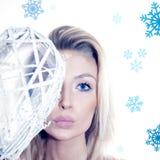 冬天可爱的金发碧眼的女人特写镜头画象。 免版税库存图片