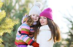冬天和人概念-一个愉快的母亲和孩子的画象 库存照片