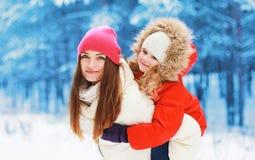 冬天和人概念-愉快的妈妈和孩子一起 库存图片