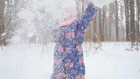 冬天和圣诞节概念 使用与雪的愉快的女孩在冬天公园 股票视频