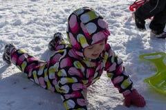 冬天和多雪的背景的孩子 图库摄影