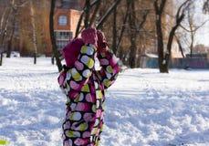 冬天和多雪的背景的孩子 库存图片