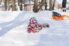 冬天和多雪的背景的孩子 免版税库存照片
