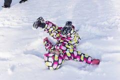 冬天和多雪的背景的孩子 免版税库存图片