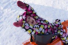 冬天和多雪的背景的愉快的孩子 免版税库存照片