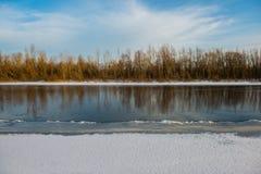 冬天和河 库存照片