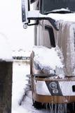 冬天和现代半卡车在雪和冰 库存图片