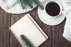 冬天和秋天构成 葡萄酒笔记本顶视图有杉树和铅笔的,装饰用咖啡 库存照片