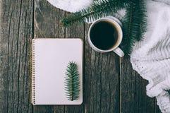冬天和秋天构成 葡萄酒笔记本顶视图有杉树和铅笔的,装饰用咖啡 库存图片