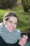 冬天围巾的微笑的妇女 免版税库存照片