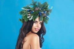 冬天圣诞节妇女 美好的新年和圣诞树Ho 免版税库存照片