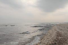 冬天在冬天天空风景的黑海海滩 库存照片