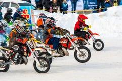 冬天在孩子之中的摩托车越野赛竞争 库存照片