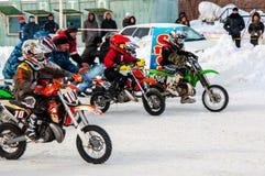 冬天在孩子之中的摩托车越野赛竞争 免版税库存照片