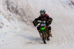 冬天在孩子之中的摩托车越野赛竞争 免版税图库摄影