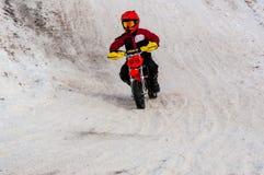 冬天在孩子之中的摩托车越野赛竞争 库存图片