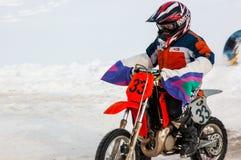 冬天在孩子之中的摩托车越野赛竞争 免版税库存图片