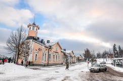 冬天在小芬兰镇凯拉瓦,芬兰 人们和孩子在凯拉瓦市中心 库存照片