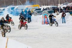 冬天在小辈之中的摩托车越野赛竞争 库存图片