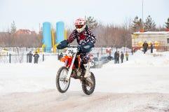 冬天在小辈之中的摩托车越野赛竞争 免版税库存图片