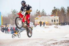 冬天在小辈之中的摩托车越野赛竞争 图库摄影