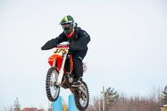 冬天在小辈之中的摩托车越野赛竞争 免版税图库摄影