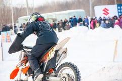 冬天在小辈之中的摩托车越野赛竞争 免版税库存照片