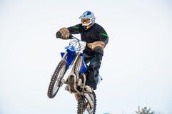 冬天在小辈之中的摩托车越野赛竞争 库存照片