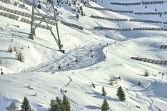冬天在山之间的手段和滑雪倾斜在背景 免版税库存图片