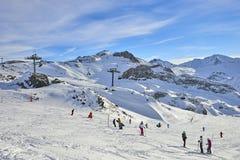 冬天在山之间的手段和滑雪倾斜在背景 库存照片