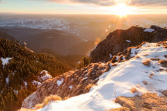 冬天在山的风景日落 免版税库存照片
