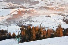 冬天在日出光的山风景 免版税库存照片