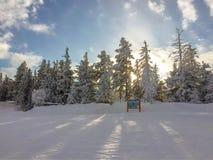 冬天在日落的山风景 免版税图库摄影