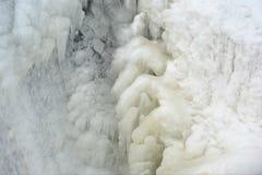 冬天在浣熊急流水坝的河冰 免版税库存图片