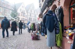 冬天在游人的一家典型的商店穿衣 免版税库存图片