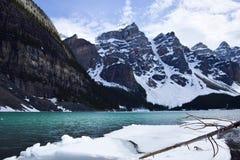 冬天在湖冰碛的冰解冻 库存照片