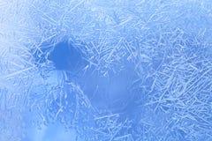 冬天在窗口里:冰花,霜花,结冰的窗口 免版税库存照片