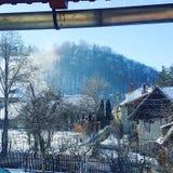 冬天在罗马尼亚山村 免版税库存图片