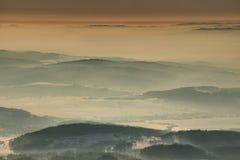 冬天在贝斯基德山范围波兰被环绕的小山的早晨光  图库摄影