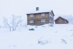 冬天在雪的原木小屋在挪威环境美化 库存图片